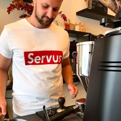 Mann mit Servus T-Shirt